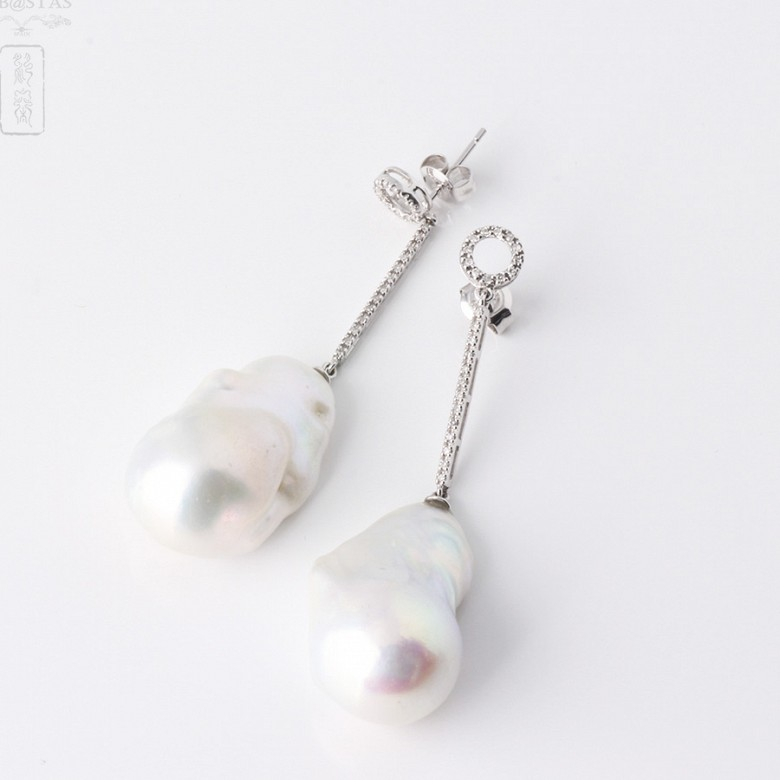 Earrings in 18k white gold with baroque pearl and diamond