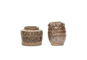 Lote de dos piezas de cerámica esmaltada en color marrón, China.