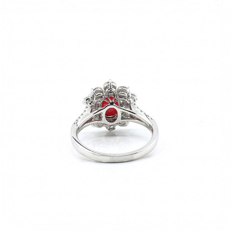 Anillo, oro blanco de 18k con rubí natural de 2.04ct y diamantes