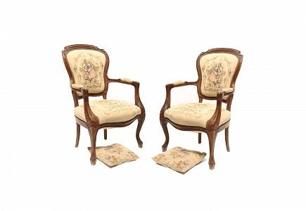 Pareja de sillas de brazos con tapicería y cojines de estilo Aubusson, s.XX