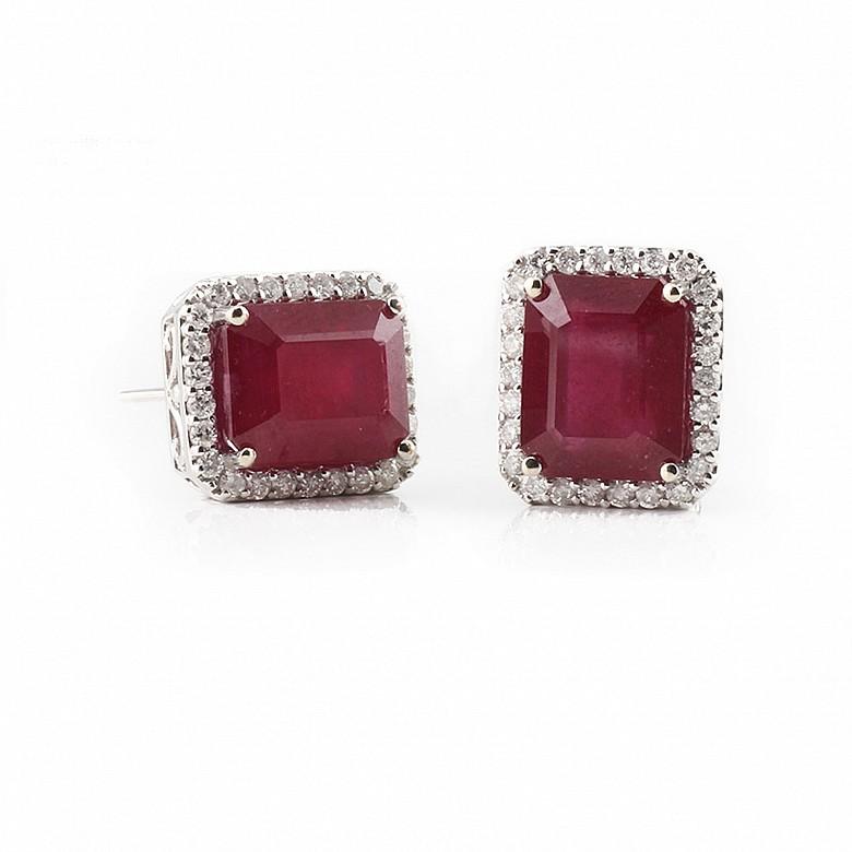 Pendientes en oro blanco de 18k, con rubíes y diamantes.
