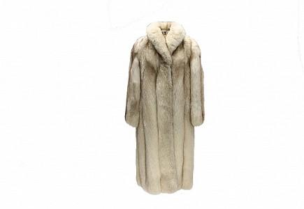 Abrigo de piel de zorro blanco largo.
