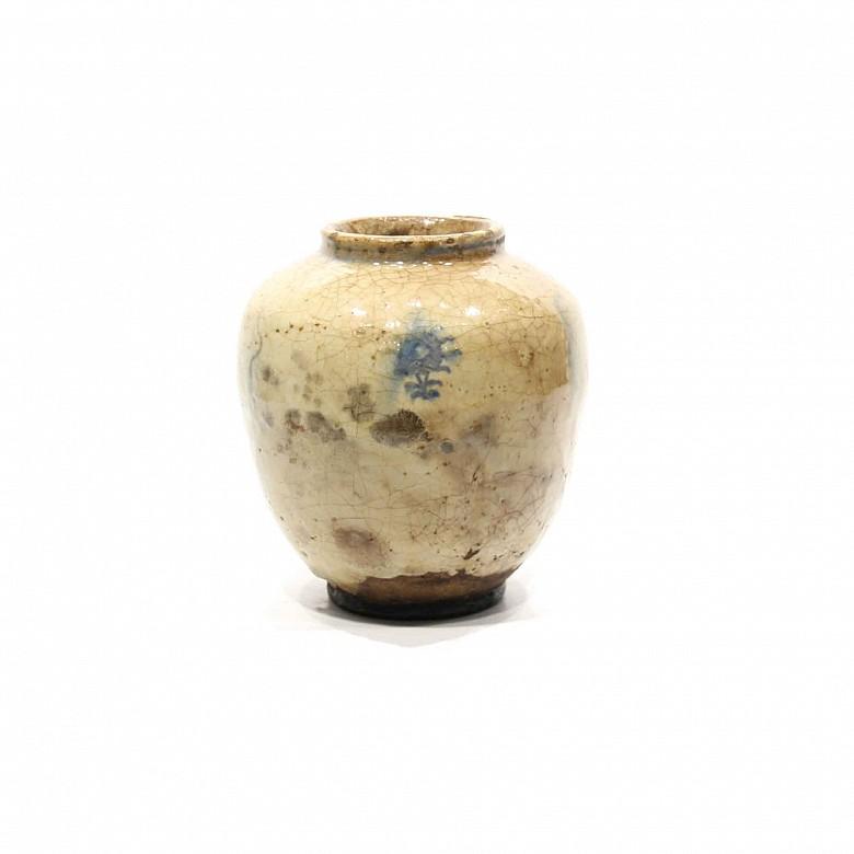 Vasija china de cerámica esmaltada en blanco siguiendo modelos de la dinastía Song, China.