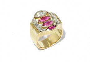 Sortija Chevalier de oro amarillo de 18k, con rubíes y diamantes