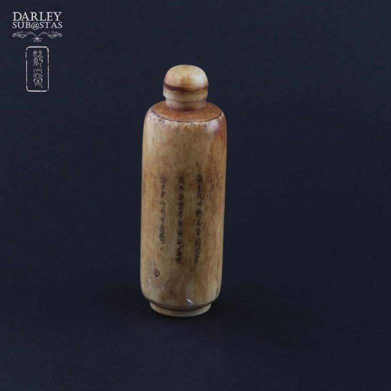 Botella de rape tallada en hueso - 1