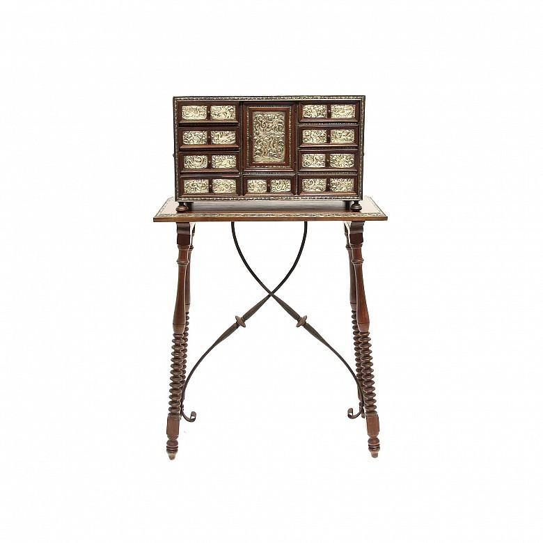 Bargueño en madera con decoración de placas de metal, s.XX