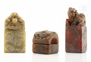 Lote de tres sellos chinos de piedras duras, s.XX