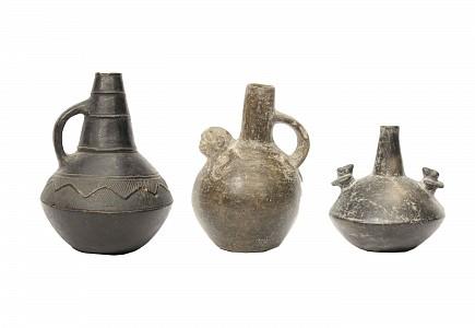 Grupo de tres recipientes de cerámica negra