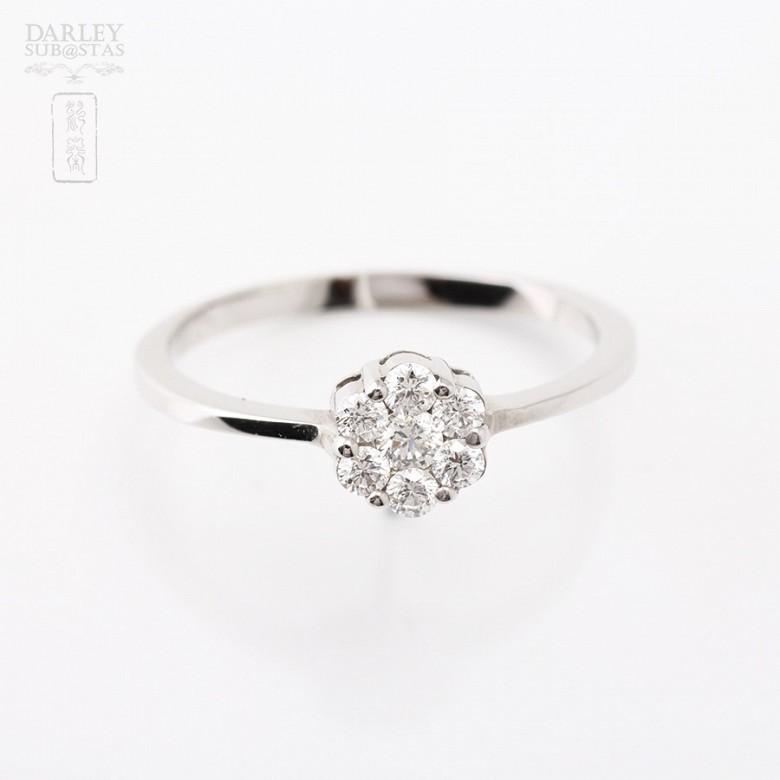Sortija en oro blanco de 18k con diamantes. - 2