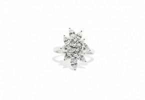 Anillo de diamantes talla perilla en montura de oro blanco 18k.