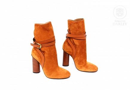 Botines de mujer Gucci, piel de ante naranja.