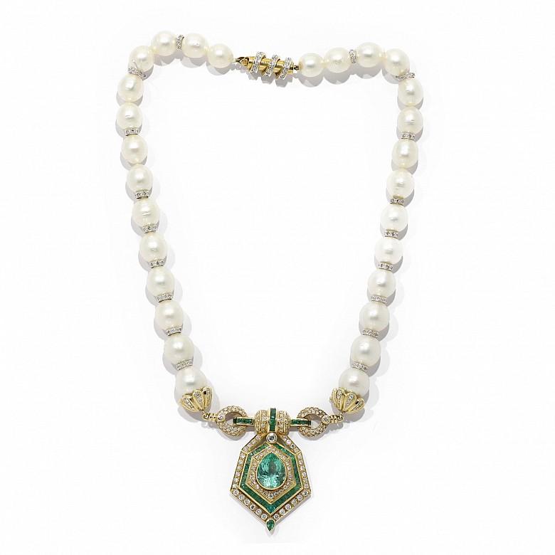 Collar de perlas australianas y colgante de oro amarillo de 18k con diamantes y esmeraldas