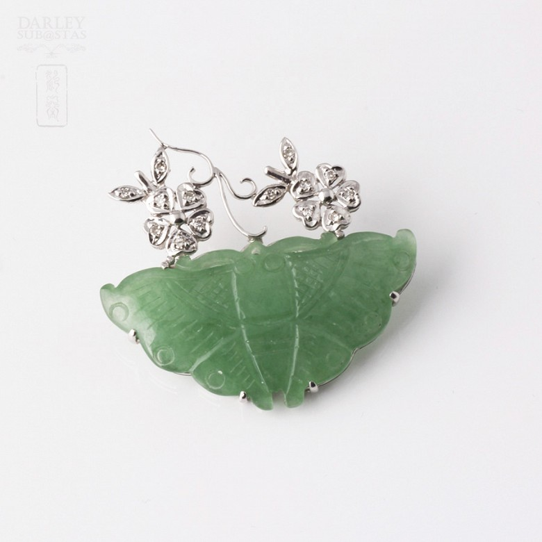 Brooch in 18k white gold with butterfly jade and diamonds