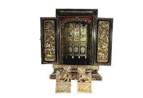 Altar pequeño de madera y pareja de esculturas de Perros Foo