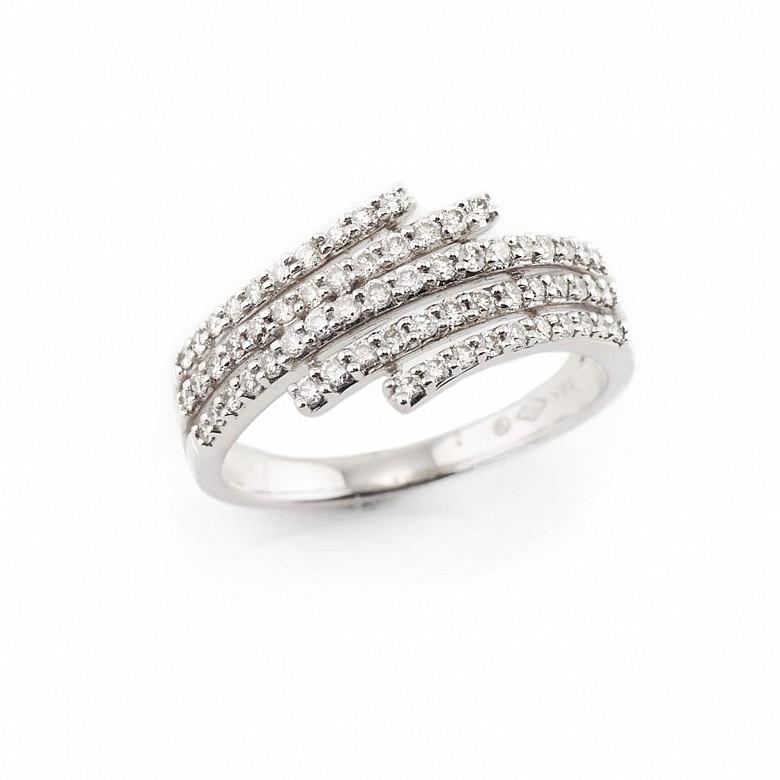Anillo en oro blanco y diamantes.