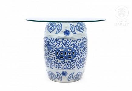 Barril chino de porcelana con tapa de vidrio añadida, s.XX
