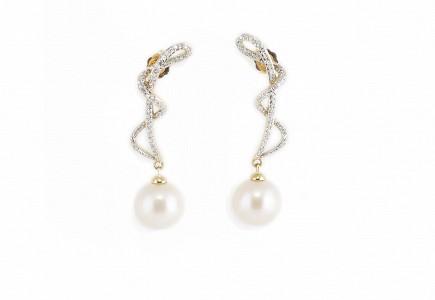 Pendientes largos con perlas en oro amarillo de 18k y diamantes.