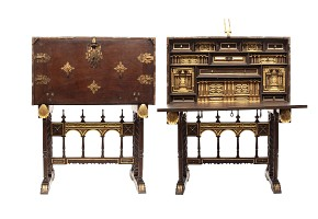 Spanish walnut desk on a foot of bridge, s.XVII