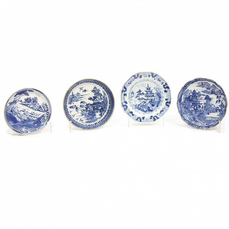 Lote de cuatro platos de porcelana Compañía de Indias, azul y blanco, con paisajes centrales, s.XIX