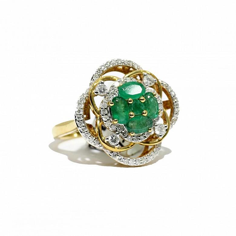 Anillo en oro amarillo de 18k, esmeraldas y diamantes