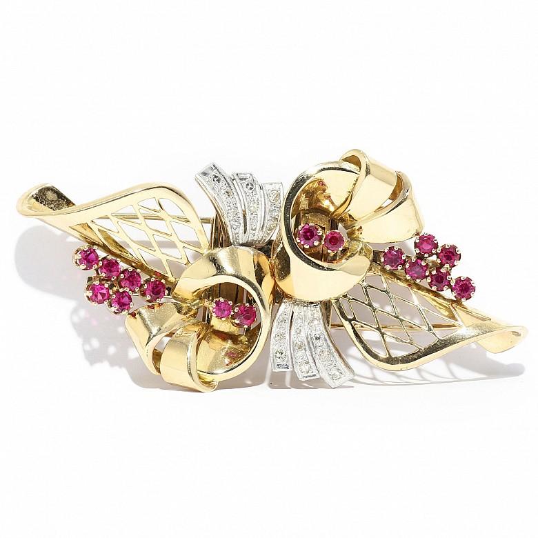 Broche clip en oro amarillo de 18 kts con diamantes y rubíes