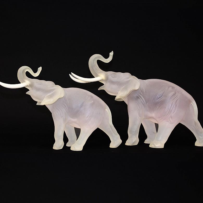 Pareja de elefantes de vidrio opaco y colmillos de hueso