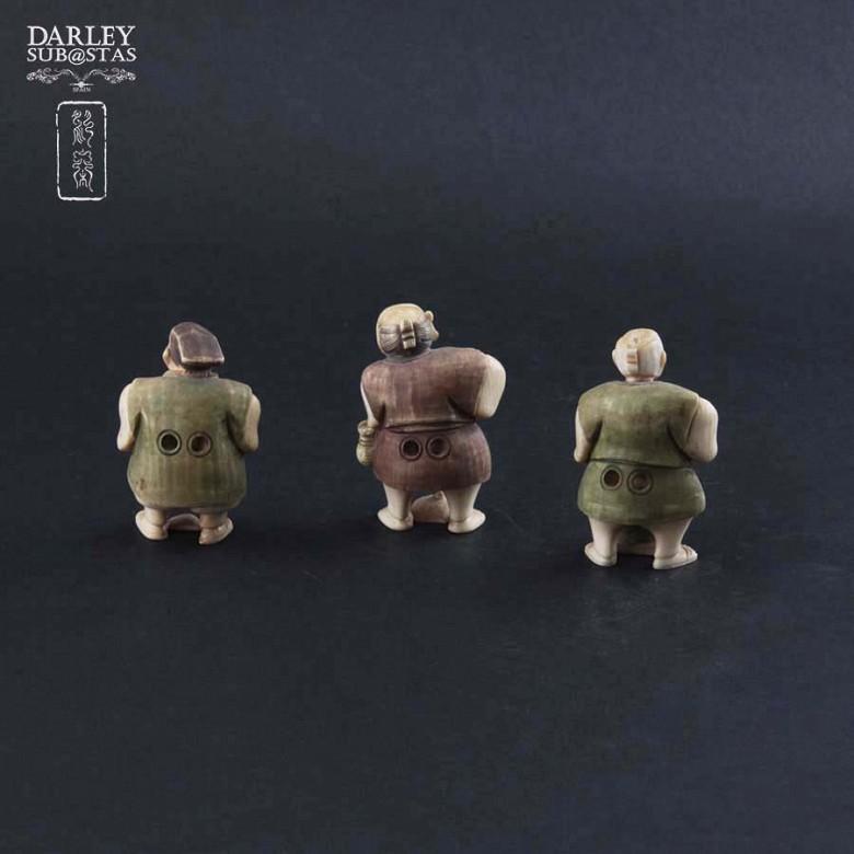 一组三个人物象牙摆件 - 1