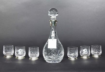 Set de licorera con seis vasos de vidrio y plata.