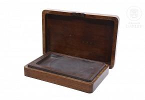 Caja de madera con piedra de pintar.