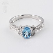 Ringwith topaz 1.03 cts and  diamonds in 18k white gold