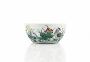 Pequeño cuenco con flores de loto, con sello Qianlong.