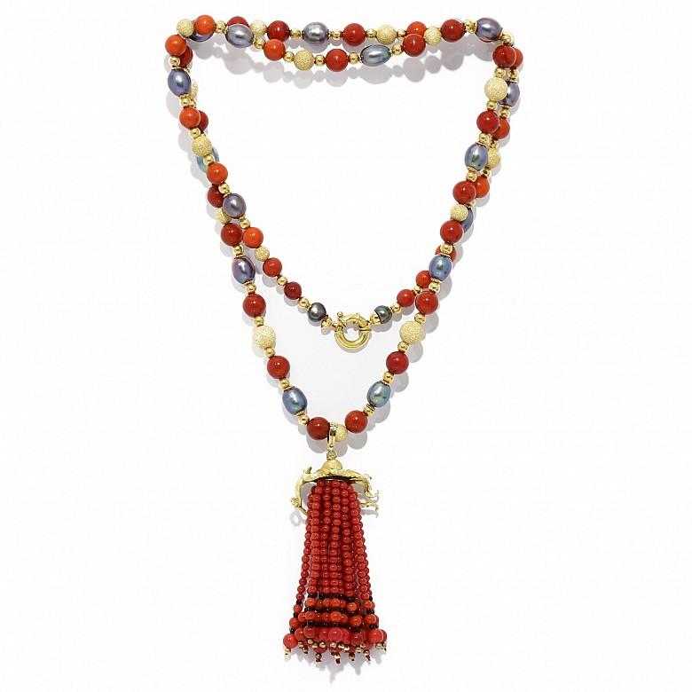 Collar largo en oro amarillo de 18k con coral y perlas.