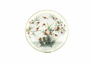 Plato de porcelana con melocotones y murcielagos, con sello Qianlong.