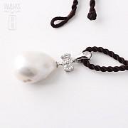 奇型白珍珠配钻石18K白金吊坠