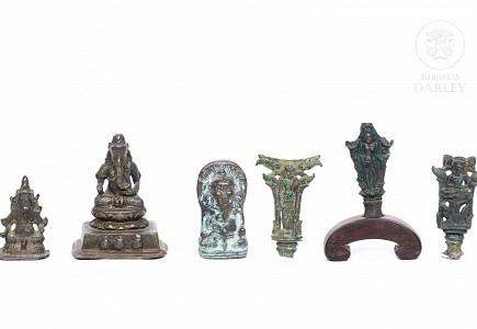 Lote de seis figuras de bronce indonesio.