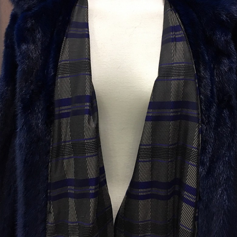 Abrigo de piel de visón color azul. - 2