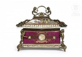 Porcelain box from Vienna, Austria, ca.1900