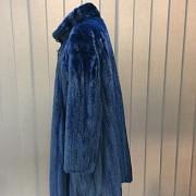 Abrigo de piel de visón color azul. - 3