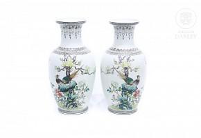 Pareja de jarrones de porcelana esmaltada, China, s.XX