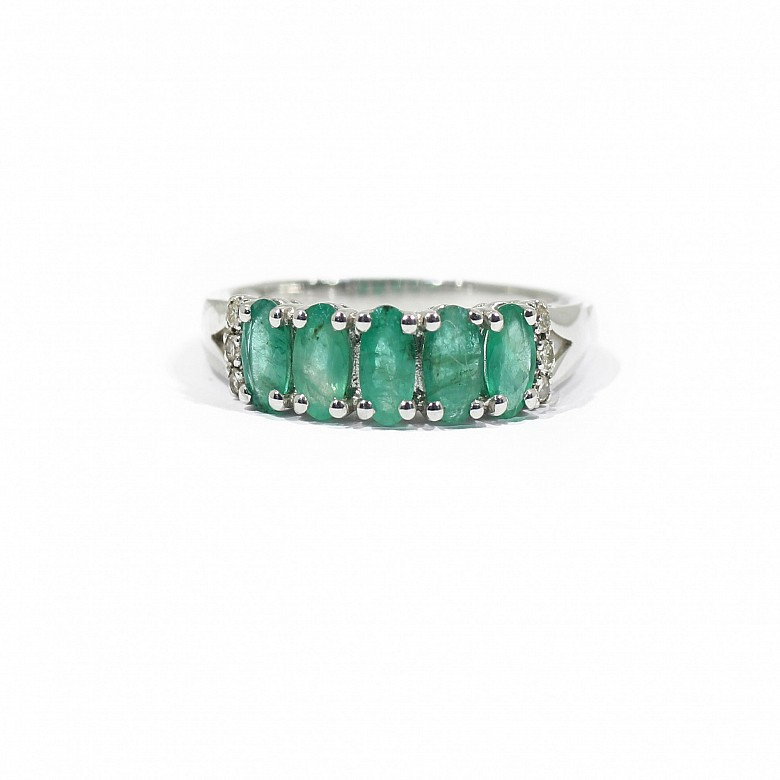 Ring in 18k white gold with emerald and diamonds.
