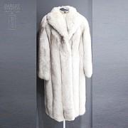Abrigo de piel de zorro blanco largo. - 1