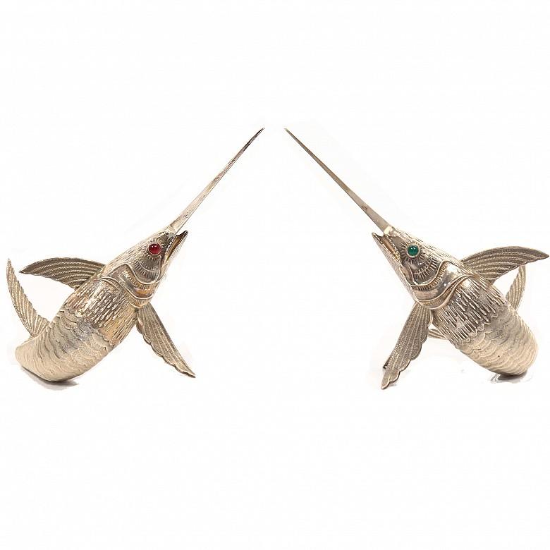 Pareja de peces espada de cola articulada, plata, med.s.XX