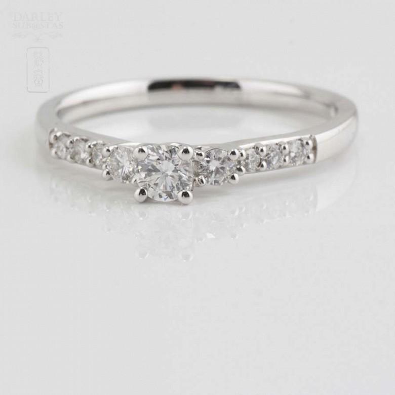 Solitario en oro blanco 18k y diamantes. - 4