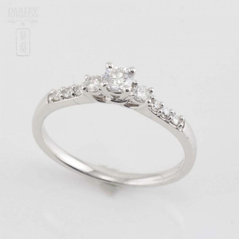 Solitario en oro blanco 18k y diamantes. - 5