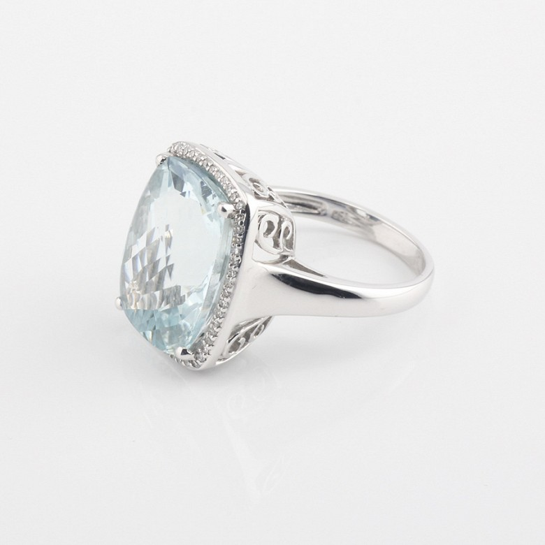 Ring with 10.09cts aquamarine  and diamonds inj white gold