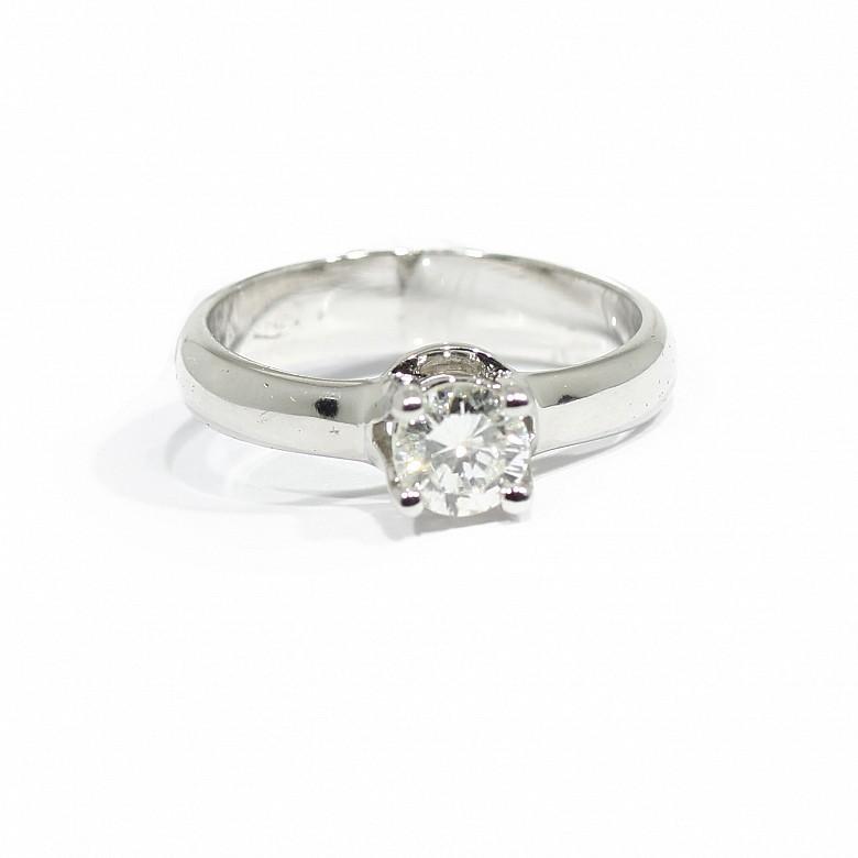Solitario en oro blanco de 18k con diamante central