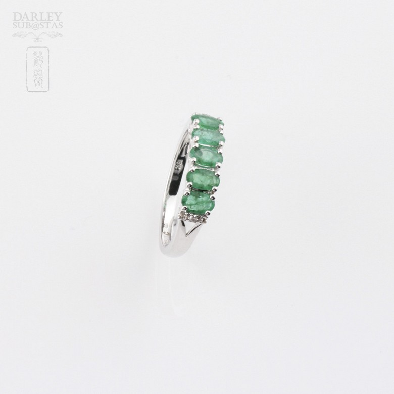 Ring in 18k white gold with emerald and diamonds. - 1