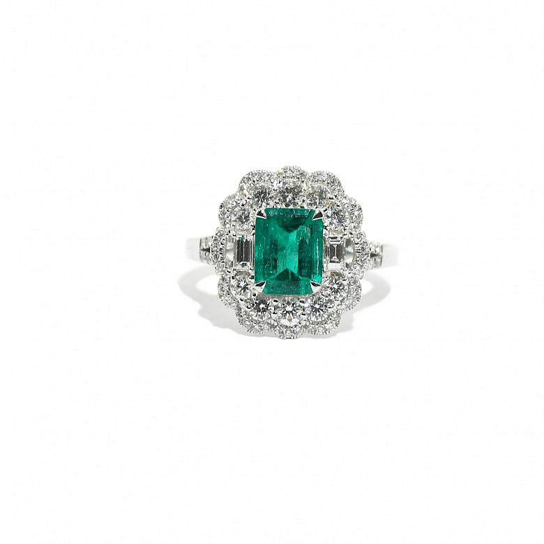 18k白金镶钻石配哥伦比亚祖母绿戒指