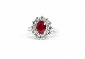 Anillo con rubí natural y diamantes.