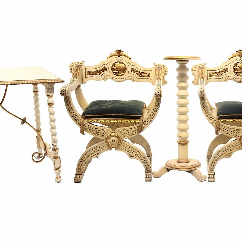 Conjunto formado por mesa de fiadores, pareja de sillas de caderas y peana, s.XX